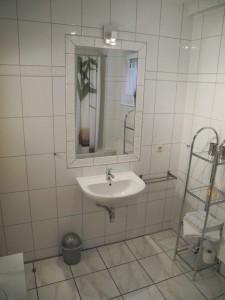 Waschbecken + Spiegel im Badezimmer